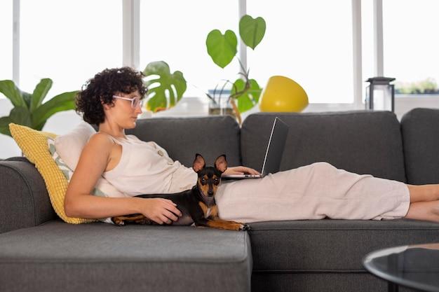 Persona que trabaja desde casa con perro mascota