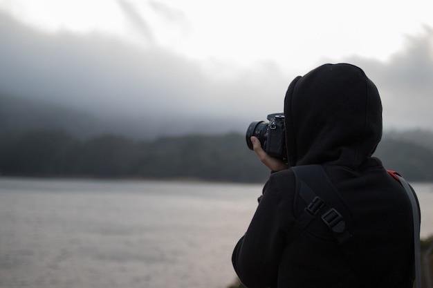 Persona que usa una cámara dslr