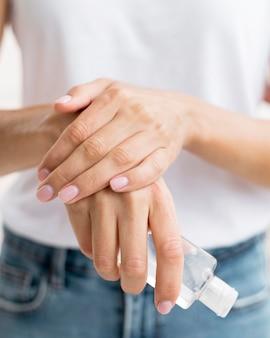 Persona que usa desinfectante para manos