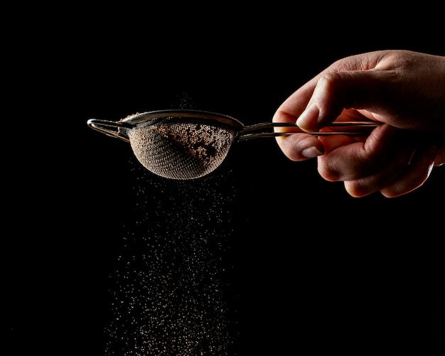 Persona que usa una herramienta para pastel de chocolate