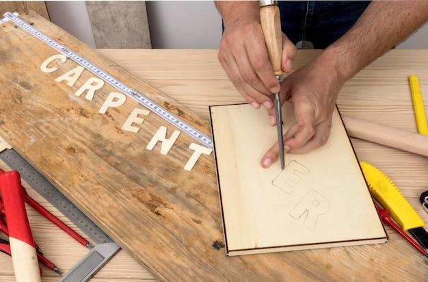 Persona que usa herramientas para crear carpintería palabra alta vista