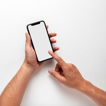 Persona que usa la maqueta del teléfono
