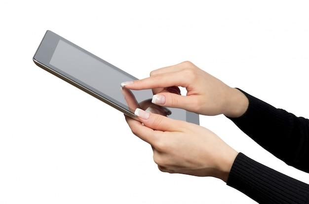 Persona que usa una tableta digital, pantalla en blanco