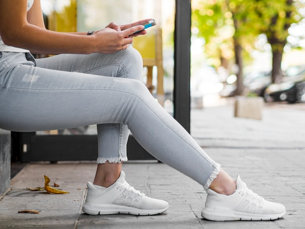 Persona que usa el teléfono móvil mientras está sentado