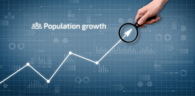 La persona señala el gráfico de crecimiento de la población en la pantalla gráfica.