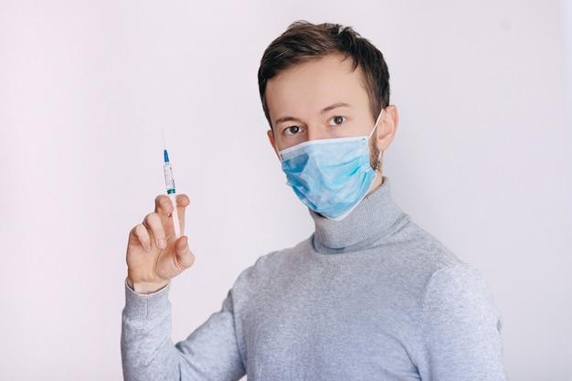 Persona del sexo masculino en guante blanco sostenga la botella de vacuna con jeringa. concepto de farmacia de inyección. terapia de enfermería médica. la gente da ciencia de la salud.
