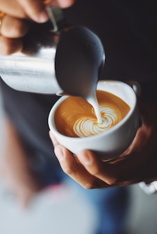 Persona sirviendo una taza de café