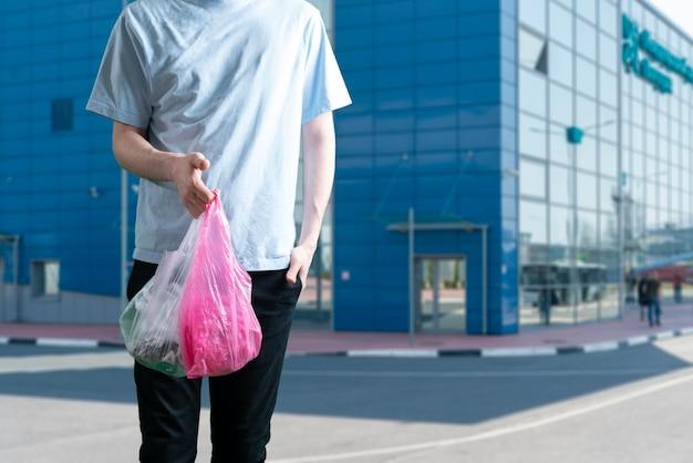 Una persona sosteniendo una bolsa de plástico, concepto de reciclaje reutilizado
