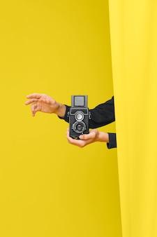 Persona sosteniendo una cámara vintage