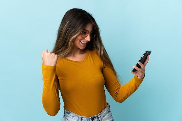Persona sosteniendo un móvil sobre antecedentes aislados