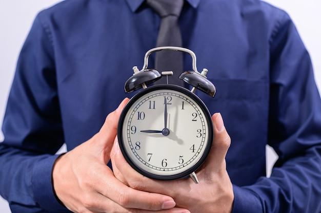 Una persona sosteniendo un reloj