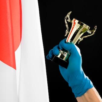 Persona sosteniendo un trofeo dorado
