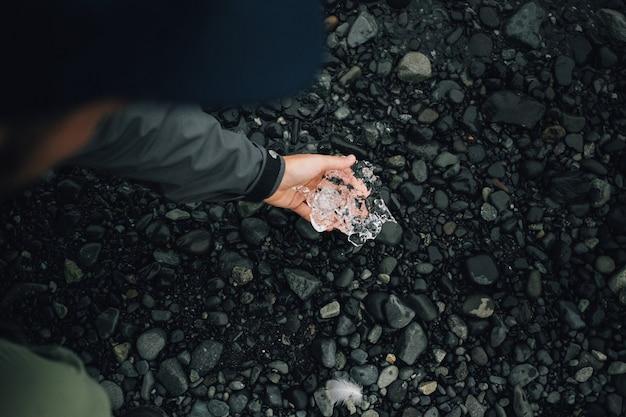 Persona sostiene un trozo de hielo glaciar en islandia