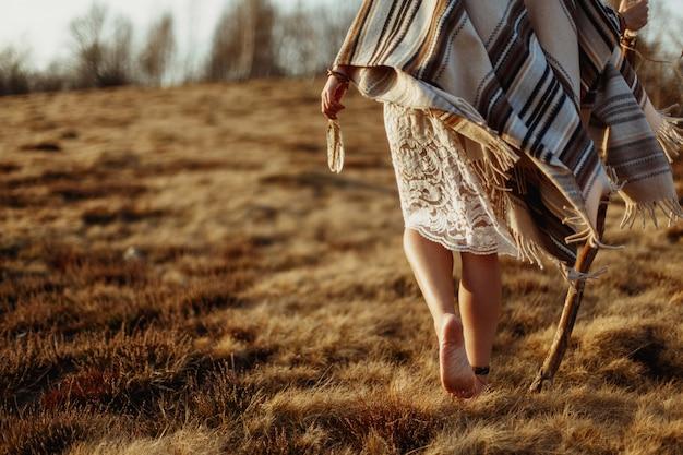 Persona con telas cubriendo su cuerpo caminando