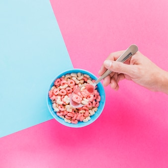 Persona, tenencia, cuchara, con, cereal, encima, tazón