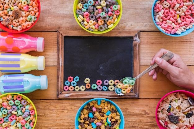 Persona, tenencia, cuchara, con, cereal, sobre, pizarra