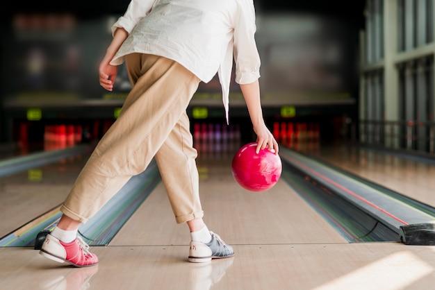 Persona tirando una bola roja