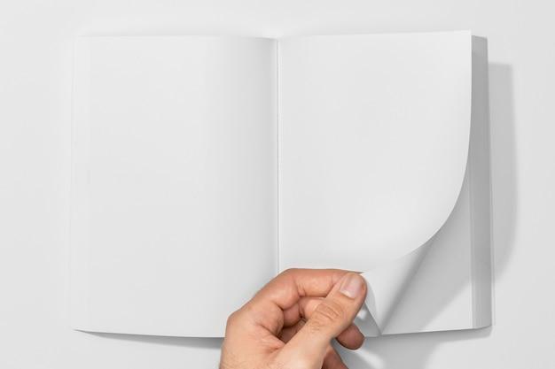 Persona tocando un libro en blanco