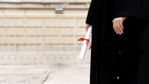 Persona en toga de graduación con espacio de copia