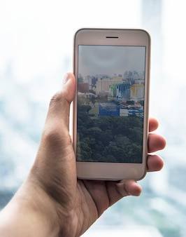 Persona tomando una foto con un teléfono