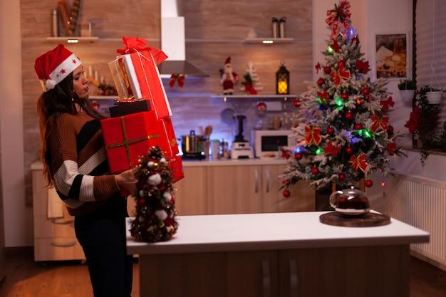 Persona tradicional llevando cajas de regalo al mostrador