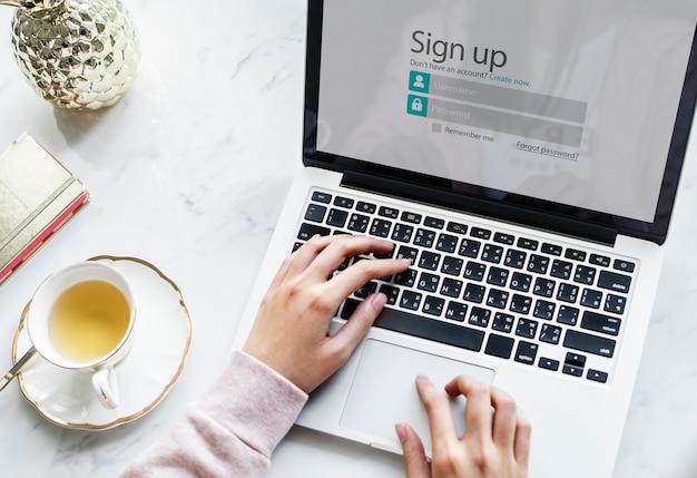 Persona usando laptop