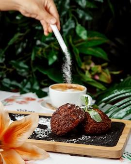 Persona vierte azúcar en un café