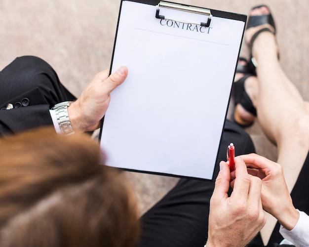 Persona de la vista superior firmando con copia espacio