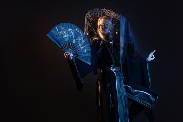 Un personaje de estilo asiático con un kimono y un sombrero de paja con cintas.