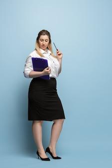 Personaje femenino positivo del cuerpo. mujer de negocios de talla grande