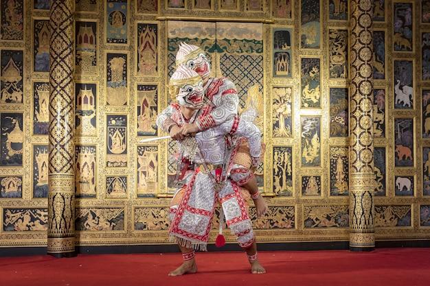 Personaje de pantomima tailandesa realizando un hermoso baile