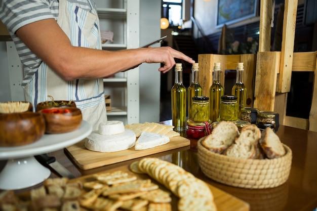 Personal contando botella de aceite de oliva en el mostrador