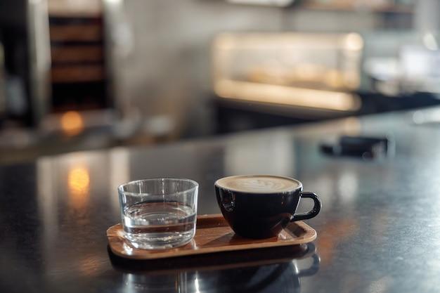 Personal de fabricación de café en la cafetería, máquina de café espresso