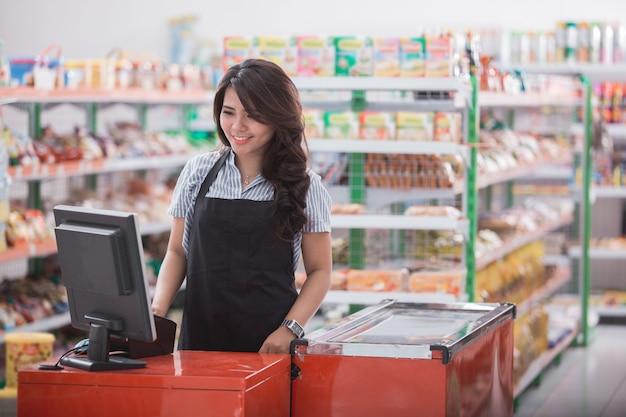 Personal femenino de pie en el mostrador