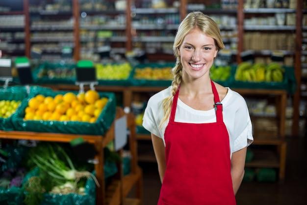 Personal femenino sonriente que se coloca en la sección orgánica