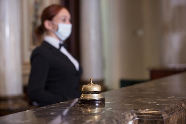 El personal del hotel atiende a los huéspedes con máscaras médicas.