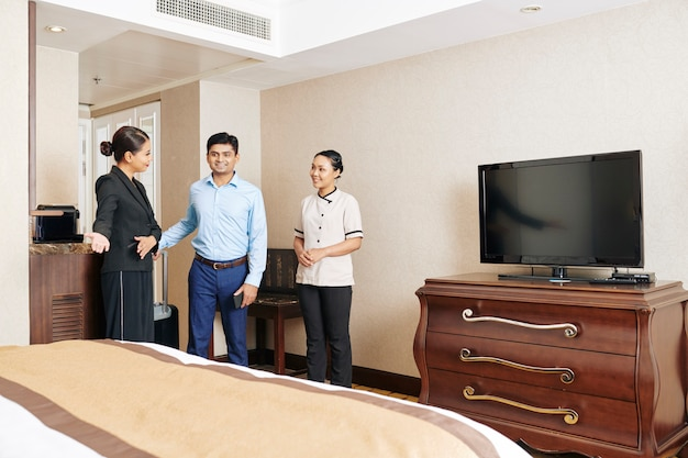 El personal del hotel recibe al huésped