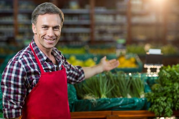Personal masculino sonriente que muestra la sección orgánica