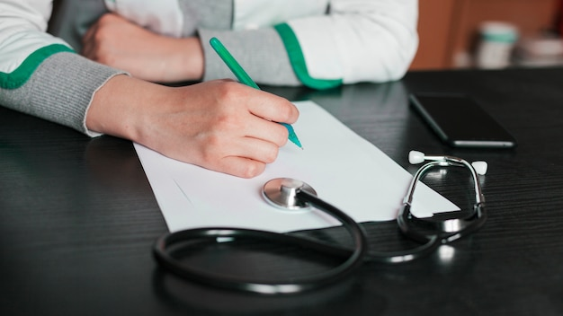 Personal médico con estetoscopio