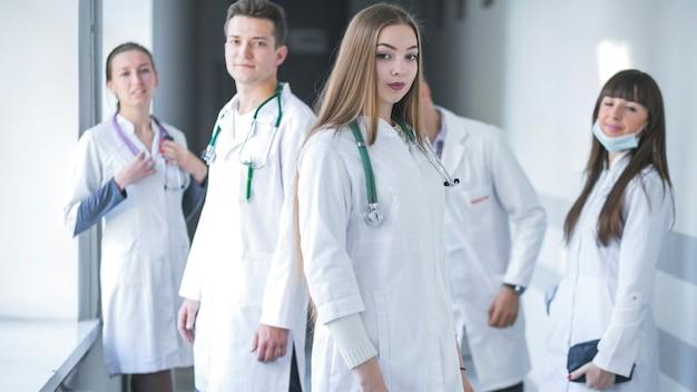 Personal médico joven en el hospital