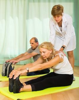 Personal médico con personas mayores en el gimnasio