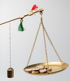 El personal médico pesa la medicina herbaria china