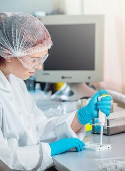 Personal médico que trabaja en el laboratorio.