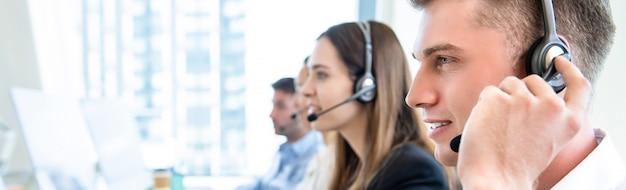 Personal operador masculino con equipo trabajando centro de llamadas