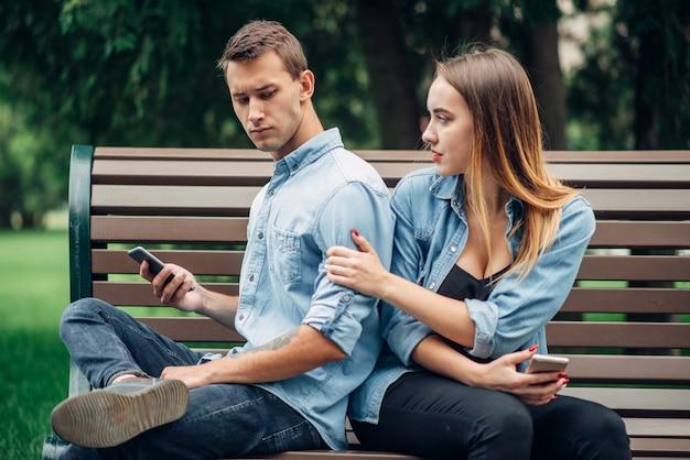 Personas adictas al teléfono, hombre ignorando a su mujer