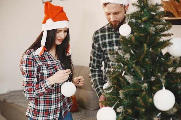 Personas en adornos navideños.