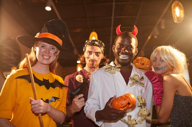 Personas adultas con disfraces de halloween