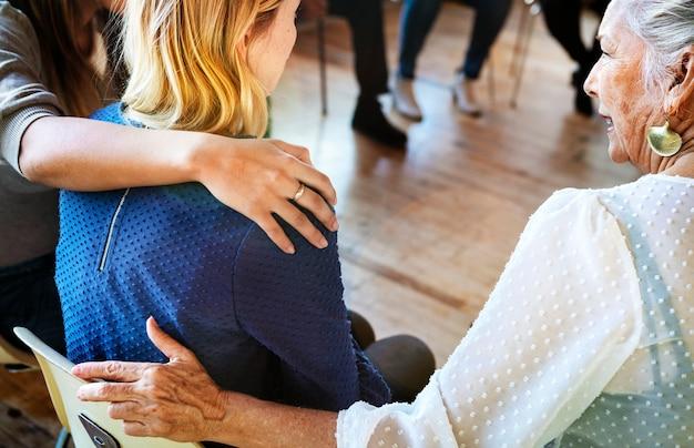 Las personas se apoyan entre sí en una sesión de rehabilitación.