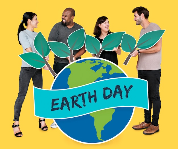 Personas apoyando la conservación del medio ambiente en el día de la tierra
