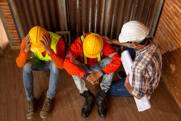 Personas asiáticas cierre del trabajo de construcción debido al brote de la enfermedad por coronavirus 2019 o covid-19. concepto de crisis económica, desempleo en la construcción de trabajadores.